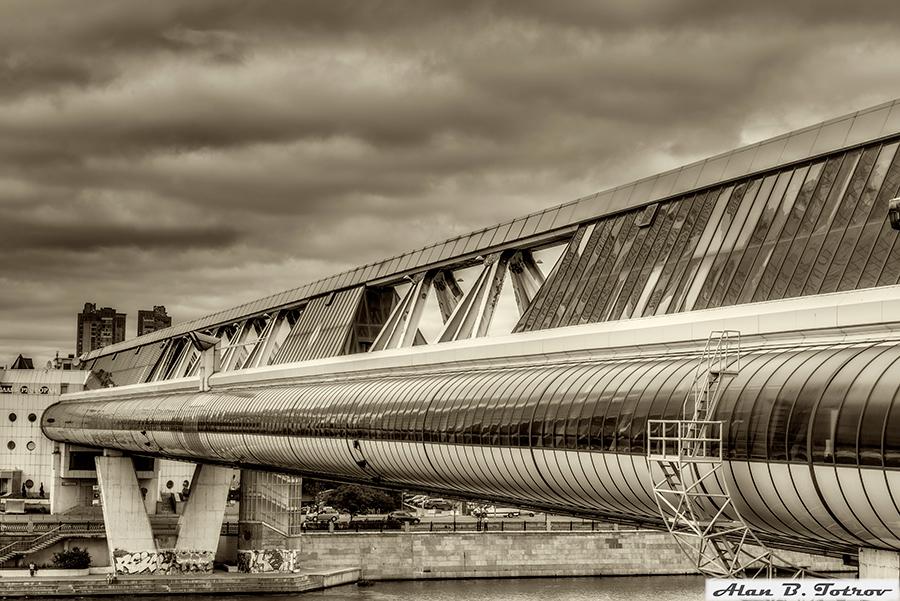Торгово-пешеходный мост «Багратион» через Москва-реку