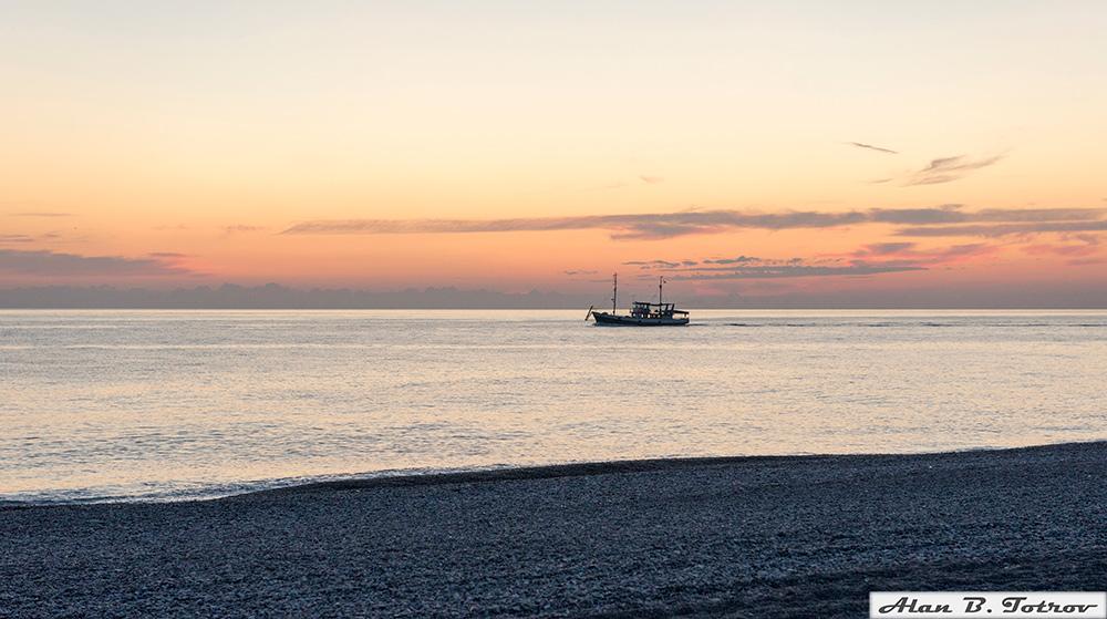 Баркас выходит в море на закате