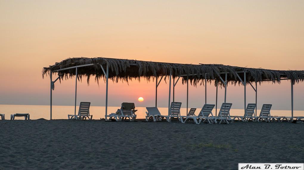 Закат на песчaном пляже в Абхазии